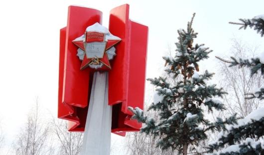 Фотофакт: в Ижевске отреставрировали памятник Ордену Октябрьской революции
