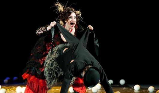 Танцы на табуретах, пародия на Путина и чечетка на лыжах: новая премьера в Драмтеатре Ижевска
