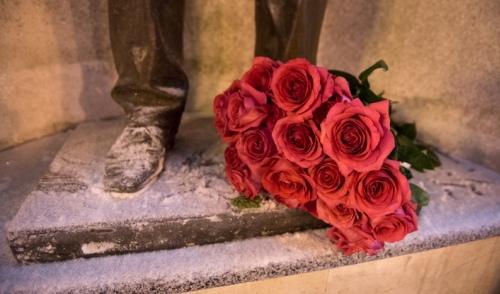 В Ижевске цветы в память о Михаиле Калашникове можно отнести к заводу «Аксион», «Ижмаш» и ИжГТУ