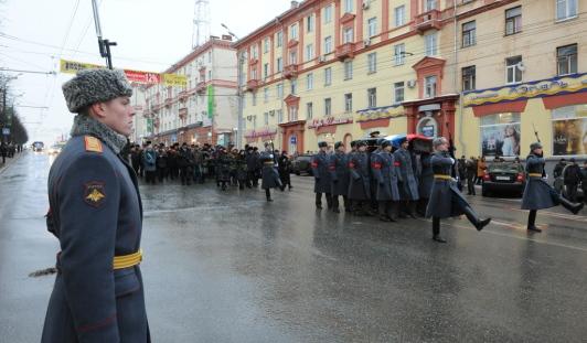 Около 60 тысяч жителей Ижевска и Удмуртии простились с Михаилом Калашниковым