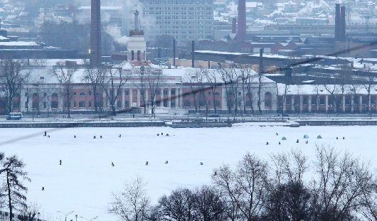 Фотофакт: лед Ижевского пруда за несколько часов до эстафеты Огня «оккупировали» рыбаки