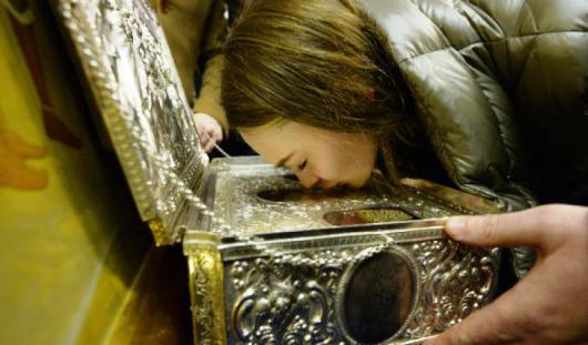 Петербуржец скинул с постамента в храме Христа Спасителя Дары волхвов