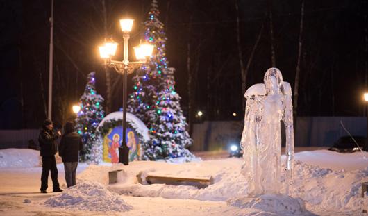 Скульптуры ледяных ангелов украсили площадь возле Свято-Михайловского собора в Ижевске
