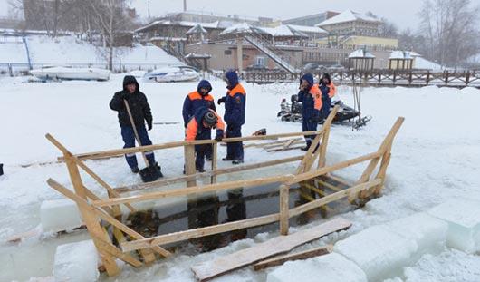 На Ижевском пруду прорубили купель