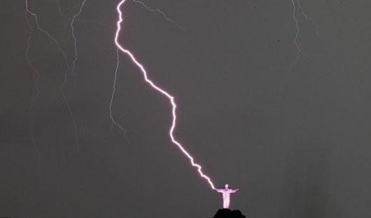Молния отколола большой палец у статуи Христа в Рио-де-Жанейро