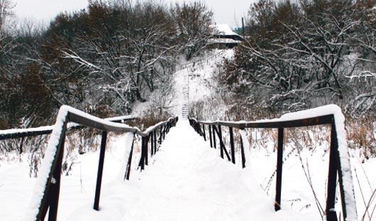 Как часто должны чистить снег на мосту через Подборенку в Ижевске?