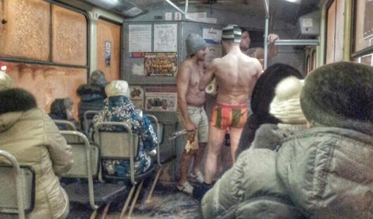 Ижевчане настолько суровы, что в -25 катаются в трамвае в плавках