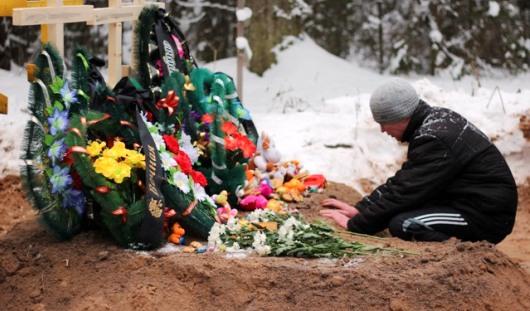 В Удмуртии погибших при пожаре маму и четверых детей похоронили в одной могиле