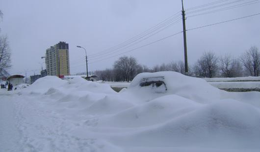 Фотофакт: автомобиль-сугроб «спрятался» на газоне в Ижевске