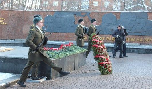 Цветы возложили в Ижевске к памятнику Неизвестному солдату