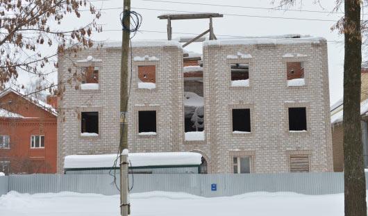 Первый незаконно построенный многоквартирный дом начали сносить в Ижевске