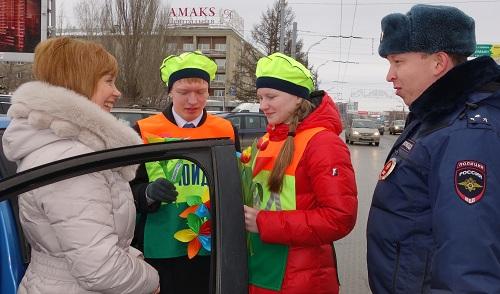 Фотофакт: В Ижевске сотрудники ГИБДД поздравили женщин-водителей с 8 Марта