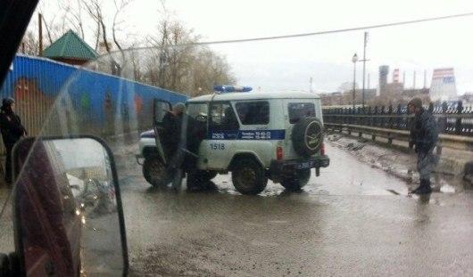 Полицейские в бронежилетах перекрыли въезд на плотину Ижевского пруда