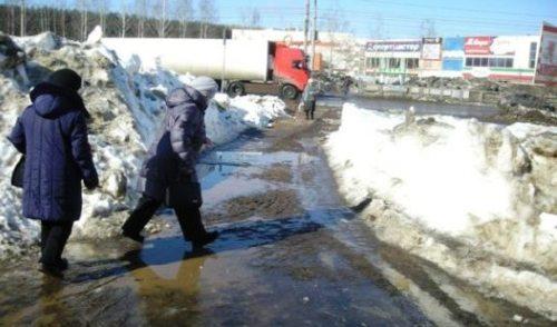 Фотофакт: жители Автозавода добираются до трамвайной остановки «вплавь»