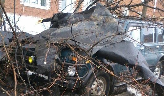 Из-за сильного ветра в Удмуртии упал строительный кран и обрушилась крыша
