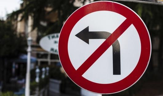 В Ижевске на улице Коммунаров демонтируют знак