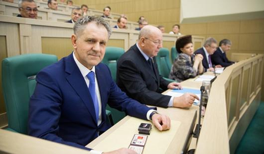 Экс-Президенту Удмуртии Александру Волкову вручили удостоверение члена Совета Федерации