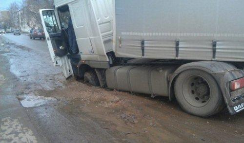 Фотофакт: в Ижевске под землю провалился тягач с фурой