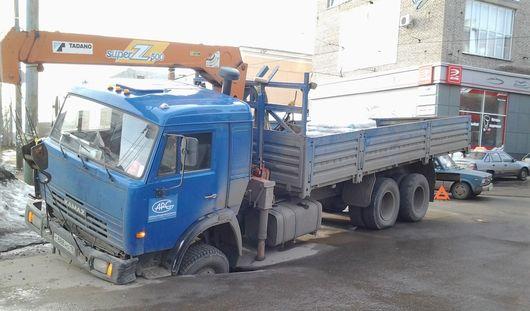 Провалившиеся грузовики и самоубийство школьника: чем ижевчанам запомнилась эта неделя