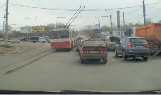 Гоняющий троллейбус, новые трамваи и дождь: о чем утром говорят в Ижевске