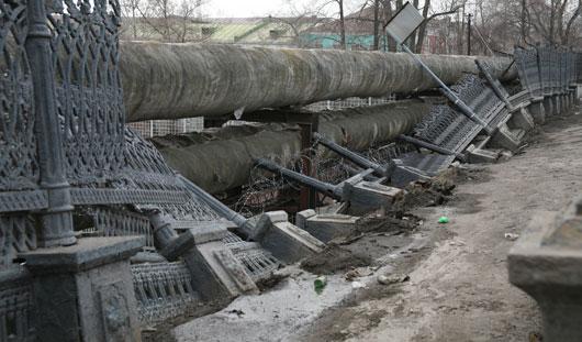 Движение на Набережной сделают односторонним из-за обрушившегося над плотиной забора