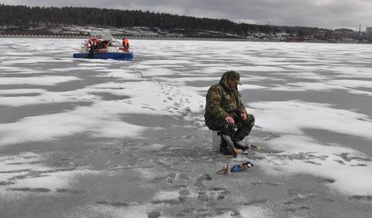 В Ижевске под лед провалился рыбак