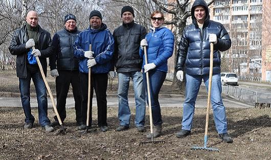 Чиновники с лопатами и родители с плакатами: о чем утром говорят в Ижевске