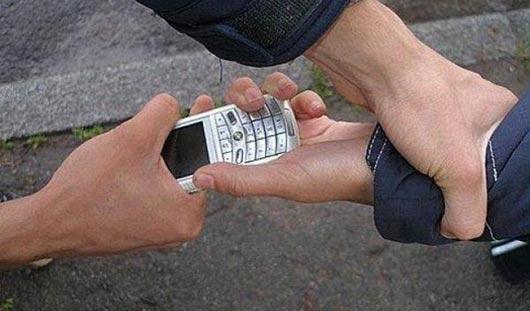 Ижевский таксист отобрал у школьника телефон, чтобы купить бензин и заправить машину