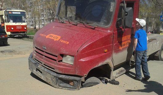 В Ижевске эвакуатор провалился под асфальт на трамвайном переезде