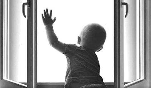 В Удмуртии годовалый малыш выпал из окна второго этажа