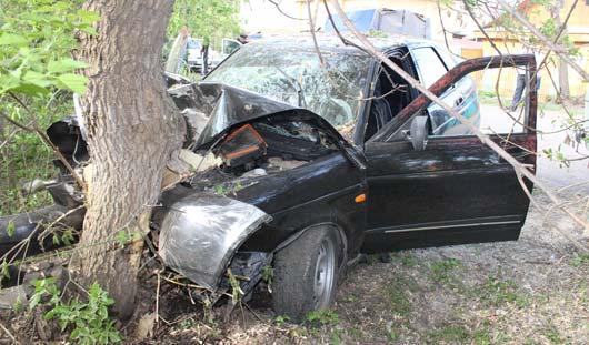В Удмуртии легковушка влетела в дерево