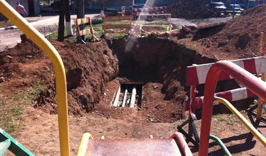 В Ижевске с детской горки можно скатиться в ремонтную яму