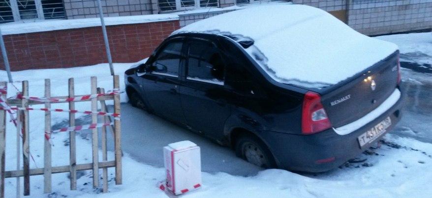 В Ижевске автомобиль «Рено» провалился под землю