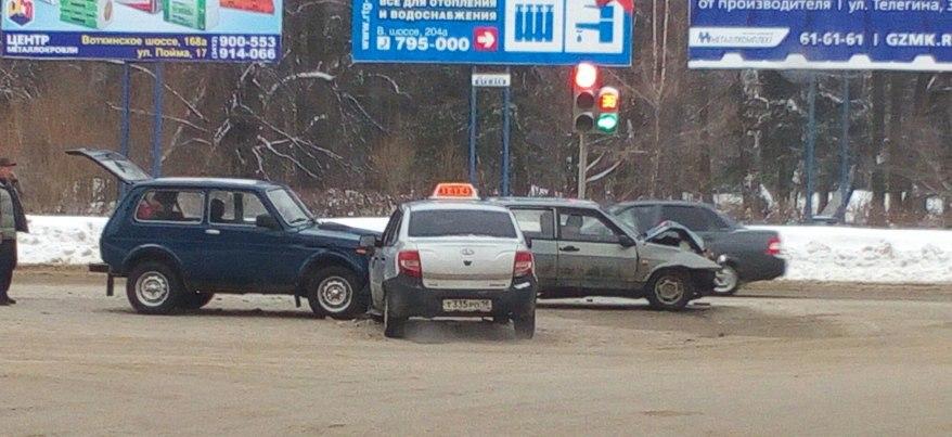 В Ижевске на перекрестке улиц 9 января и Воткинское шоссе столкнулись три машины