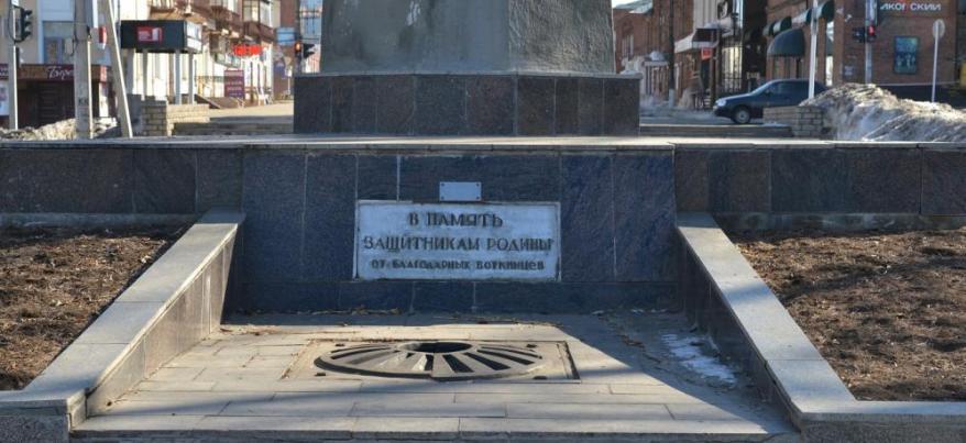 В Воткинске школьники тушили Вечный огонь, забрасывая его снегом