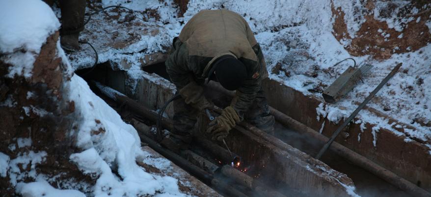 В Ижевске на улице Сабурова канализационными стоками затапливает подвалы двух домов