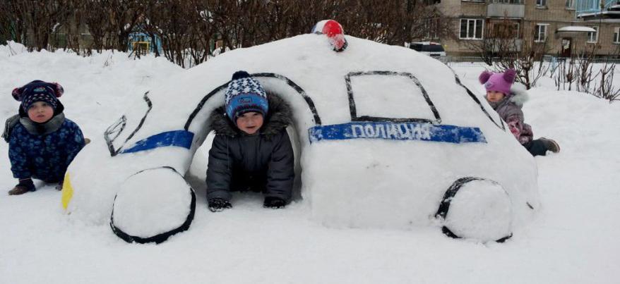В Глазове дошкольники из снега сделали патрульный автомобиль