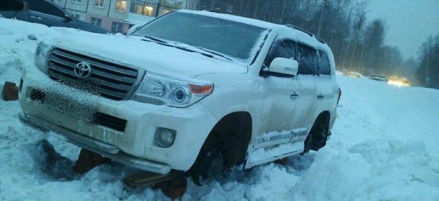 В Удмуртии судебные приставы сняли колеса с авто должника, скрывавшегося в своем авто