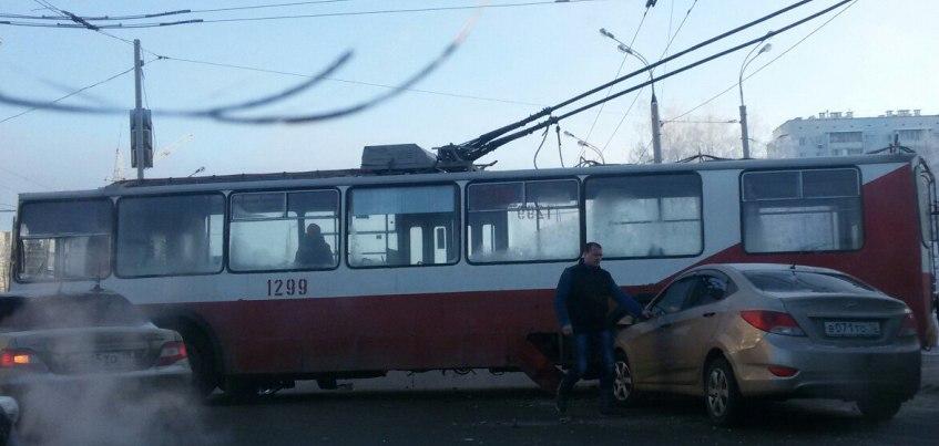 В Ижевске на Воткинском шоссе иномарка врезалась в троллейбус