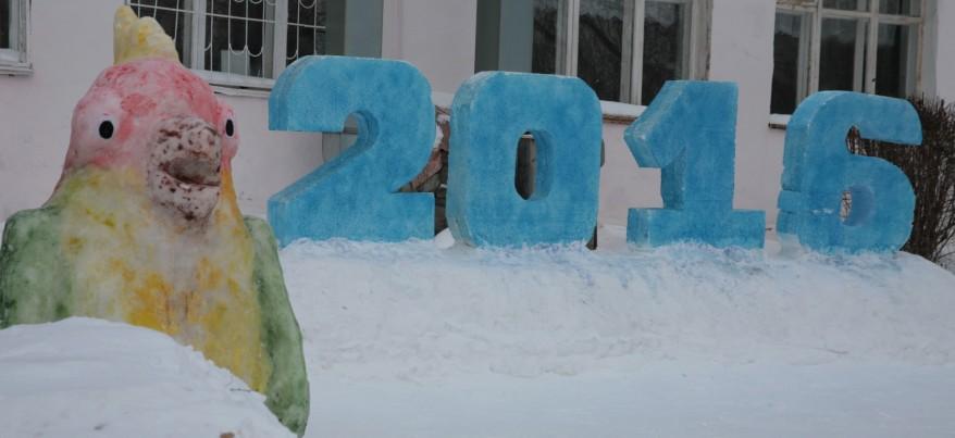 Шрек, колобок и обезьяна: ижевские школьники слепили снежные фигуры для конкурса