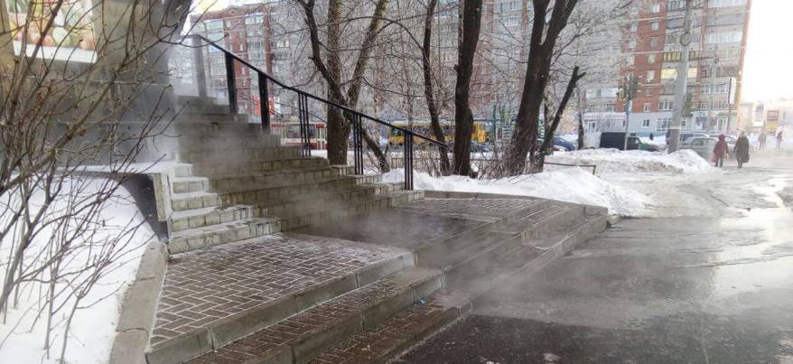 В Ижевске на улице Удмуртской горячая вода заливает проезжую часть