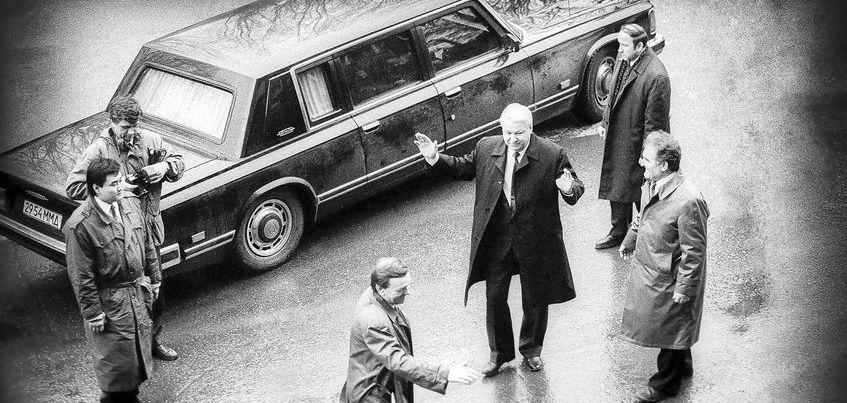 В Ижевске Ельцин пил самогон и награждал Калашникова