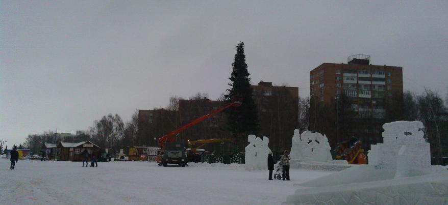 В Ижевске на Центральной площади убрали елку