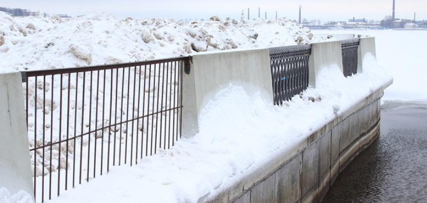 На Набережной Ижевска организовали незаконную снегосвалку