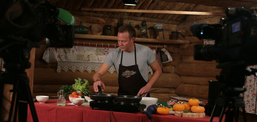 Телеведущий НТВ Джон Уоррен готовил бургер по-ижевски и пробовал удмуртский маскарпоне