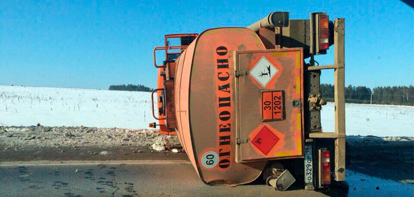 В Удмуртии после столкновения с легковушкой перевернулся бензовоз