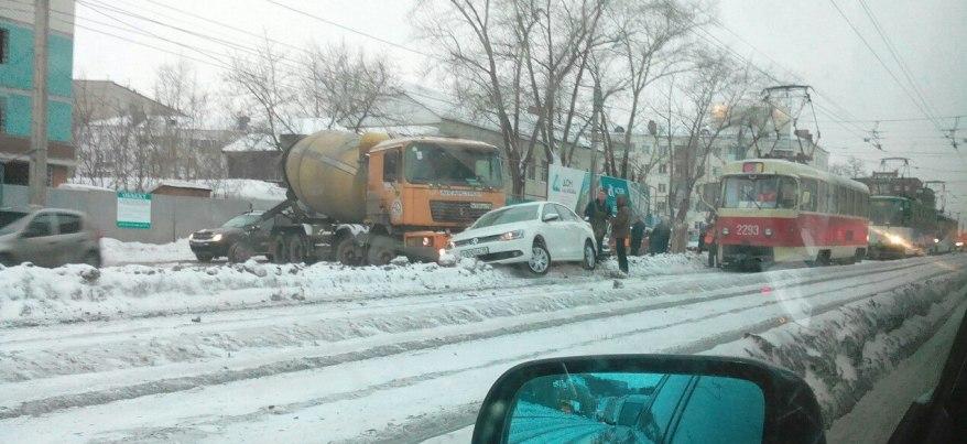 Из-за выпавшего ночью снега на дорогах Ижевска начался хаос