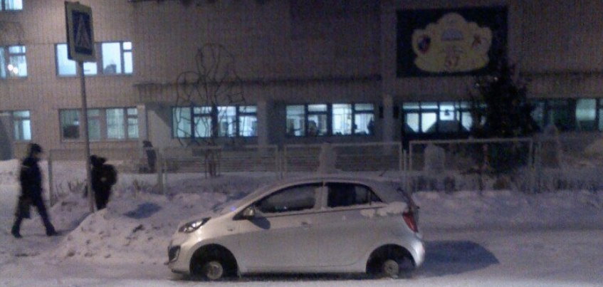 Фотофакт: в Ижевске неизвестные прокололи 4 колеса у автомобиля