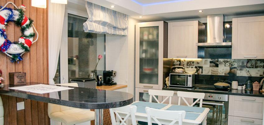 Красивые квартиры Ижевска: элементы морского стиля в гостиной и на кухне