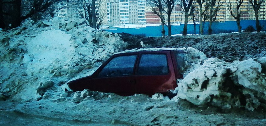 Фотофакт: В Ижевске брошенную на обочине машину завалили снегом